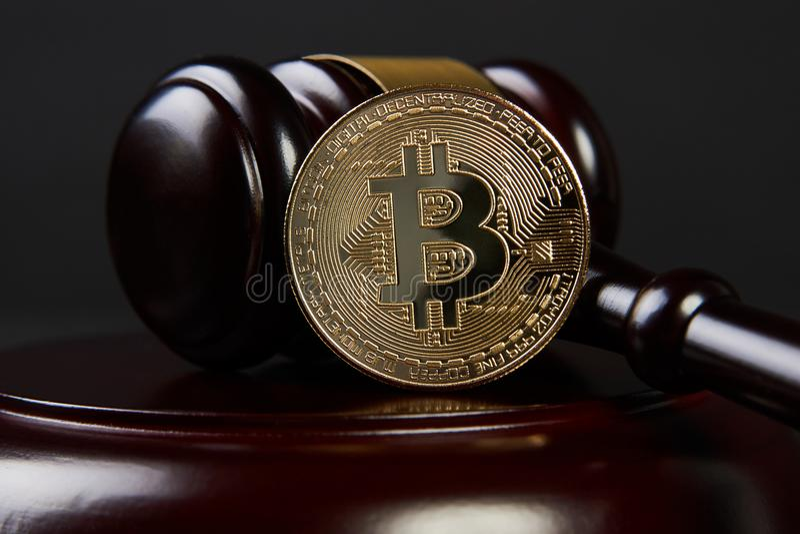 Gavel δημοπρασίας και bitcoin σε ένα ξύλινο γραφείο στοκ εικόνες