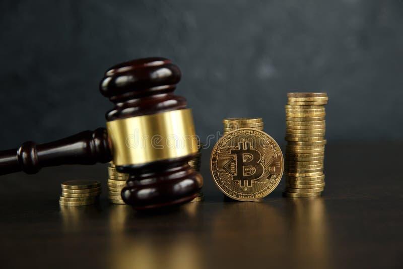 Gavel δημοπρασίας και bitcoin χρήματα cryptocurrency σε ένα ξύλινο γραφείο, κινηματογράφηση σε πρώτο πλάνο Gavel νόμου και χρυσό  στοκ φωτογραφία με δικαίωμα ελεύθερης χρήσης