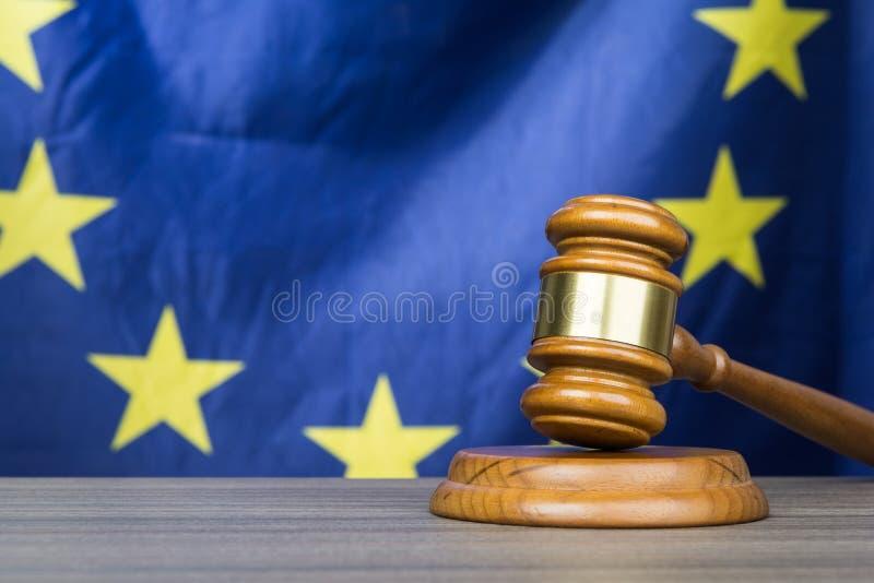 Gavel δικαστηρίου με τη σημαία της Ευρωπαϊκής Ένωσης στο υπόβαθρο στοκ εικόνες με δικαίωμα ελεύθερης χρήσης