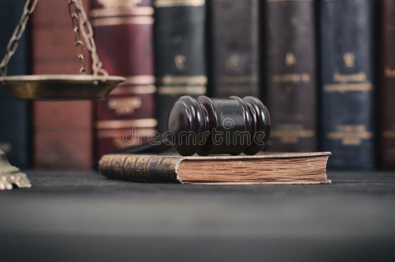 Gavel δικαστών, βιβλίο νόμου και κλίμακες της δικαιοσύνης σε ένα μαύρο ξύλινο BA στοκ εικόνες