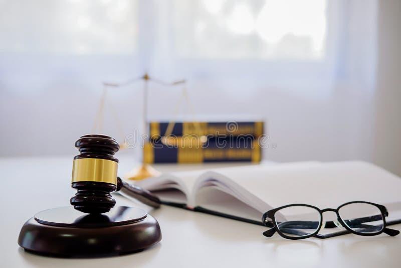 Gavel δικαστών με τους δικηγόρους δικαιοσύνης που διοργανώνουν τη συνεδρίαση των ομάδων στην εταιρία νόμου στοκ φωτογραφία με δικαίωμα ελεύθερης χρήσης