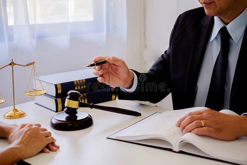 Gavel δικαστών με τους δικηγόρους δικαιοσύνης που διοργανώνουν τη συνεδρίαση των ομάδων στην εταιρία νόμου στοκ φωτογραφίες