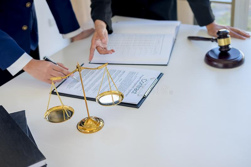 Gavel δικαστών με τους δικηγόρους δικαιοσύνης που διοργανώνουν τη συνεδρίαση των ομάδων στην εταιρία νόμου στοκ εικόνες