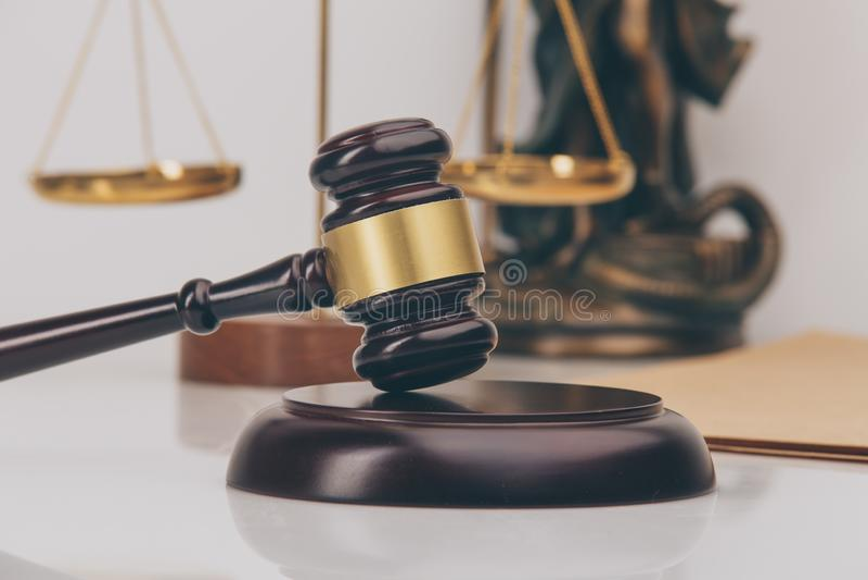 Gavel δικαστών με τους δικηγόρους δικαιοσύνης που διοργανώνουν τη συνεδρίαση των ομάδων στην εταιρία νόμου στο υπόβαθρο Έννοιες στοκ εικόνα