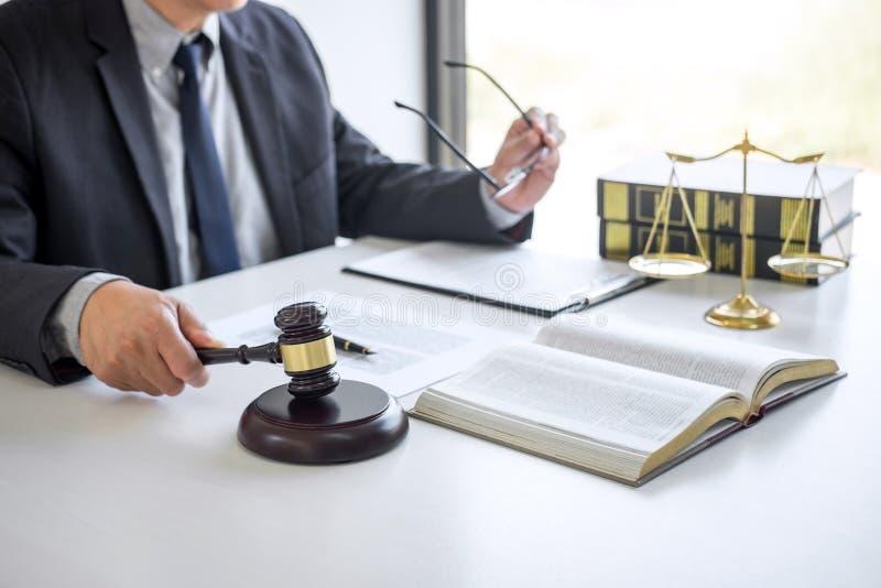 Gavel δικαστών με τους δικηγόρους δικαιοσύνης, τον επιχειρηματία στο κοστούμι ή το δικηγόρο που απασχολείται στα έγγραφα στο δικα στοκ φωτογραφία