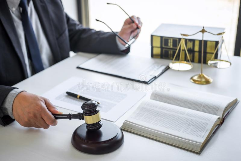 Gavel δικαστών με τους δικηγόρους δικαιοσύνης, το σύμβουλο στο κοστούμι ή το δικηγόρο που λειτουργεί τα έγγραφα στο δικαστήριο, τ στοκ εικόνα