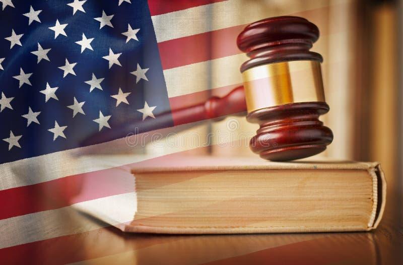Gavel δικαστών με το βιβλίο νόμου και την αμερικανική σημαία στοκ εικόνες
