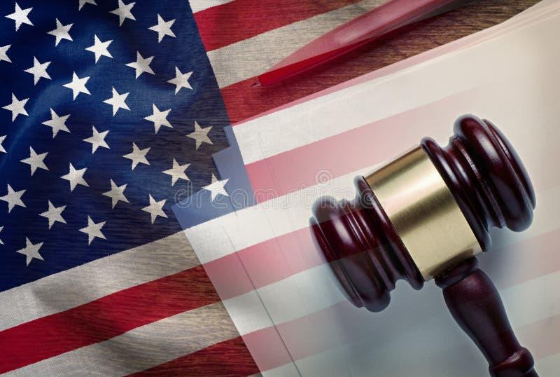 Gavel δικαστών σε ένα νομικό έγγραφο με την αμερικανική σημαία στοκ φωτογραφίες με δικαίωμα ελεύθερης χρήσης