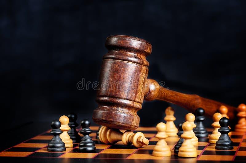 Gavel δικαστών χτυπά τη βασίλισσα σκακιού στοκ εικόνα
