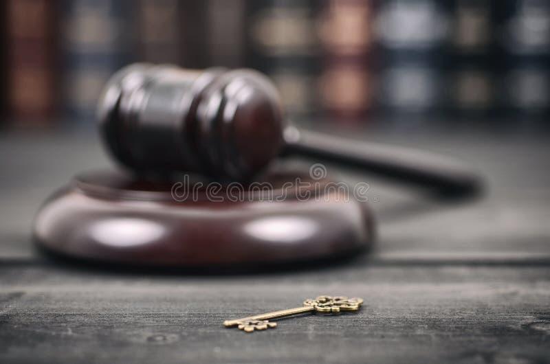 Gavel δικαστών andold εκλεκτής ποιότητας κλειδί σε ένα μαύρο ξύλινο υπόβαθρο στοκ φωτογραφία με δικαίωμα ελεύθερης χρήσης