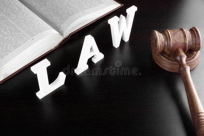 Gavel δικαστών, κόκκινο βιβλίο και ΝΟΜΟΣ σημαδιών σχετικά με το μαύρο πίνακα στοκ εικόνες