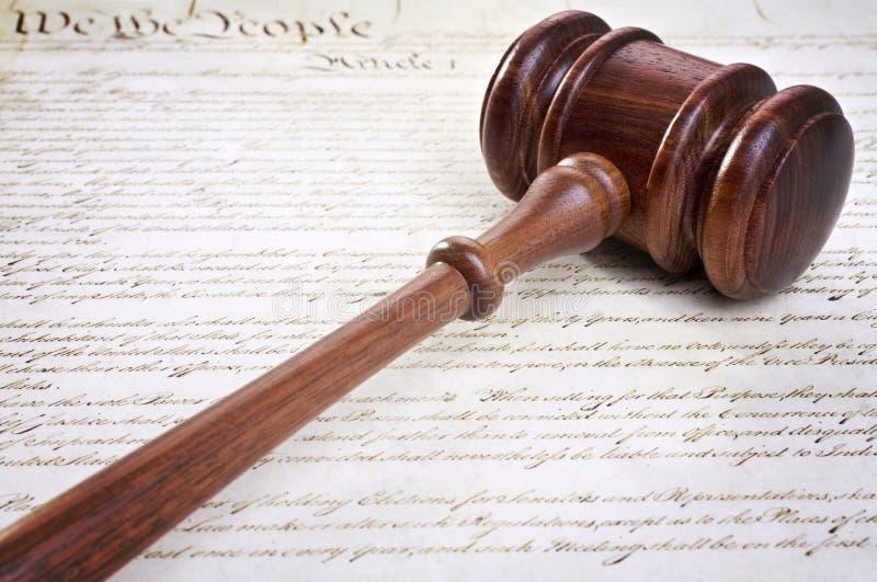 Gavel και αμερικανικό σύνταγμα στοκ φωτογραφία με δικαίωμα ελεύθερης χρήσης