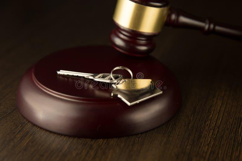 Gavel ξύλινο και σπίτι για το σπίτι που αγοράζει ή που πωλεί της προσφοράς ή δικηγόρος του σπιτιού την έννοια ακίνητων περιουσιών στοκ εικόνες με δικαίωμα ελεύθερης χρήσης