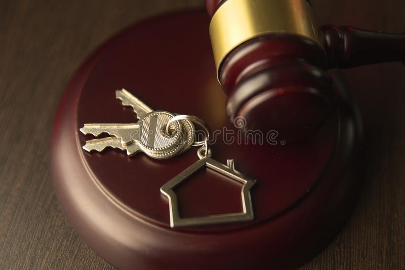 Gavel ξύλινο και σπίτι για το σπίτι που αγοράζει ή που πωλεί της προσφοράς ή δικηγόρος του σπιτιού την έννοια ακίνητων περιουσιών στοκ εικόνες