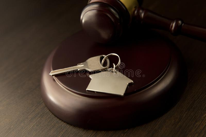 Gavel ξύλινο και σπίτι για το σπίτι που αγοράζει ή που πωλεί της προσφοράς ή δικηγόρος του σπιτιού την έννοια ακίνητων περιουσιών στοκ φωτογραφίες