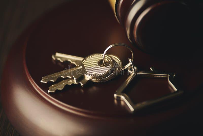 Gavel ξύλινο και σπίτι για το σπίτι που αγοράζει ή που πωλεί της προσφοράς ή δικηγόρος του σπιτιού την έννοια ακίνητων περιουσιών στοκ φωτογραφία