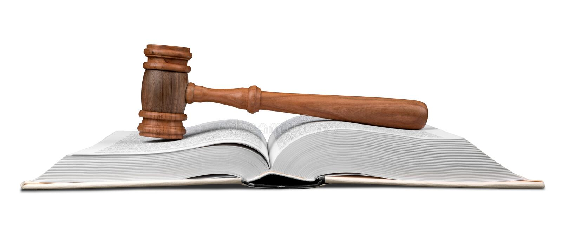 Gavel au-dessus du livre de loi ouvert photos stock