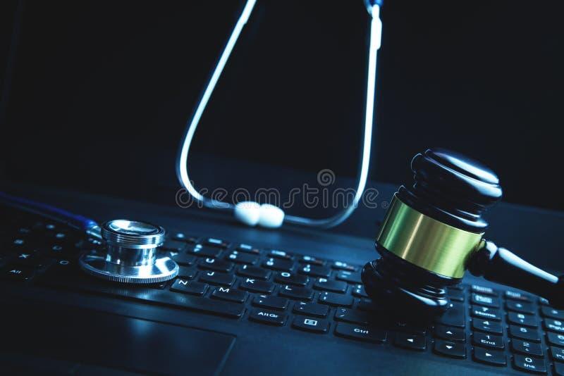 Gavel avec le stéthoscope médical sur le clavier d'ordinateur portable image libre de droits