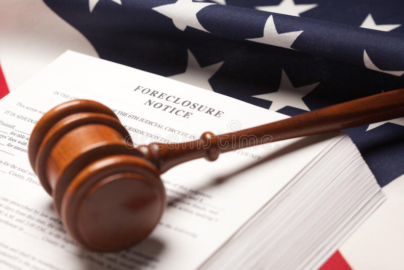 Gavel, bandeira americana e observação de Forclosure fotos de stock