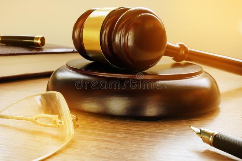 Gavel dans la cour Justice et législation images stock