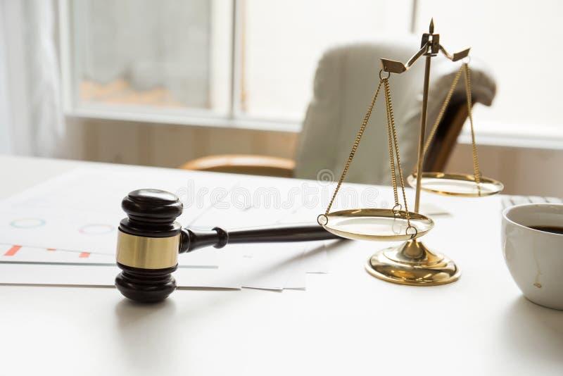 Gavel dans le bureau fonctionnant de salle d'audience de la législation d'avocat photo libre de droits