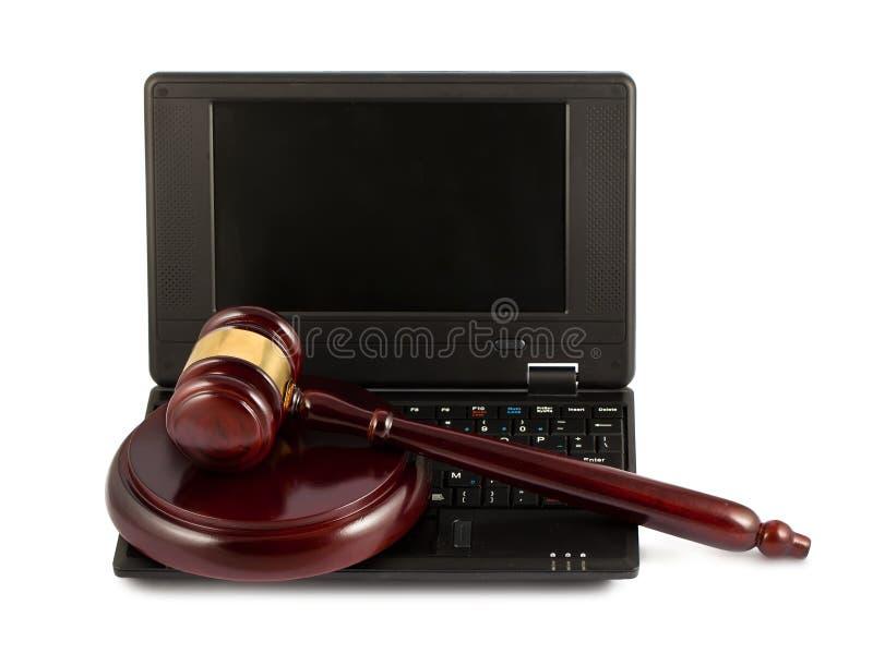 Gavel de madeira em um teclado do portátil imagens de stock