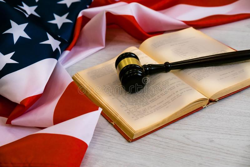 Gavel de madeira o conceito legal dos EUA, julga o martelo de madeira e o livro legal com bandeira dos EUA fotografia de stock royalty free