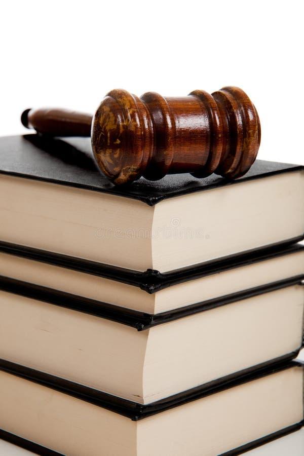 Gavel de madeira sobre uma pilha de livros de lei imagens de stock royalty free