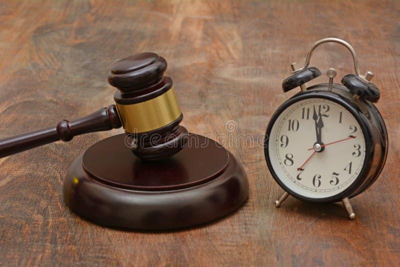 Gavel di legno con il concetto della giustizia di ritardo dell'orologio marcatempo immagini stock libere da diritti