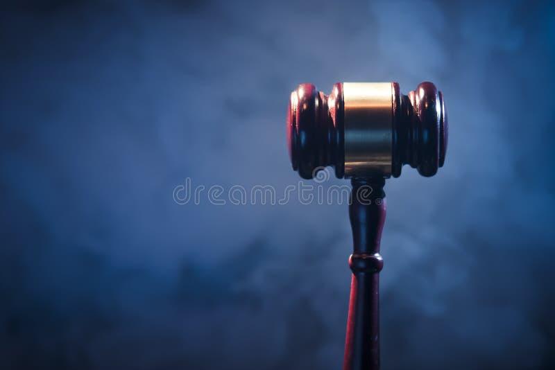 Gavel do juiz no fundo azul imagem de stock