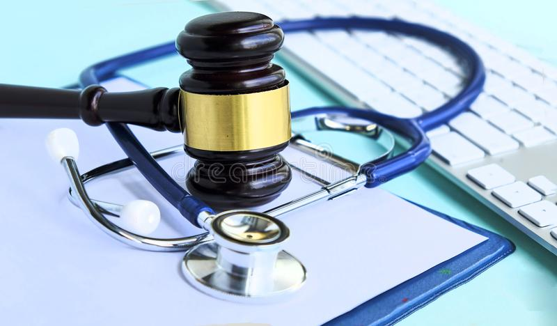Gavel e estetoscópio jurisprudência médica definição legal da negligência médica advogado doutores comuns dos erros imagens de stock