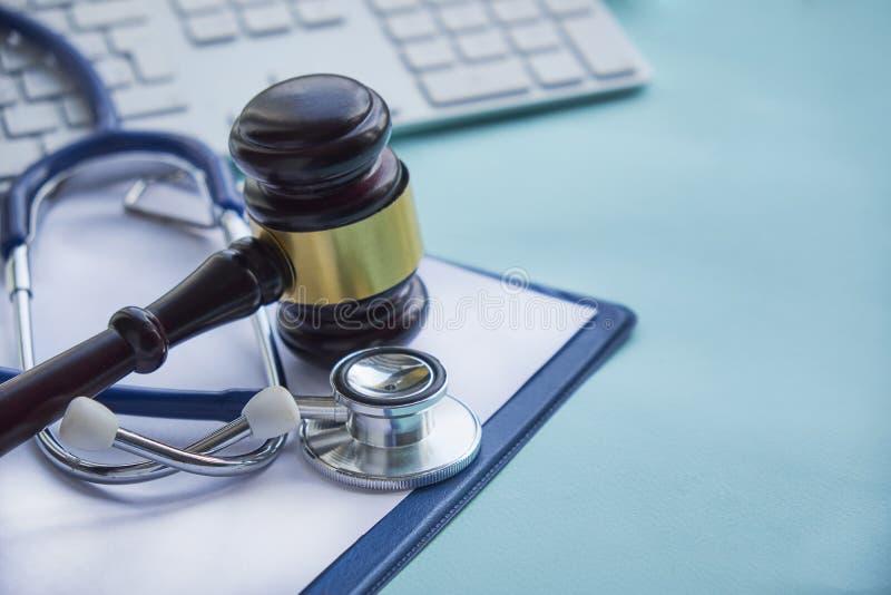 Gavel e estetoscópio jurisprudência médica definição legal da negligência médica advogado doutores comuns dos erros fotos de stock