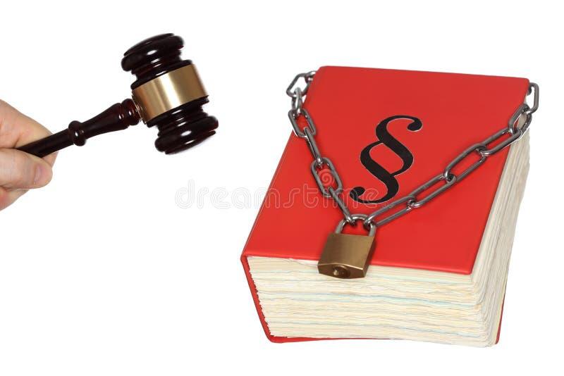 Gavel e libro di legge con la catena immagini stock