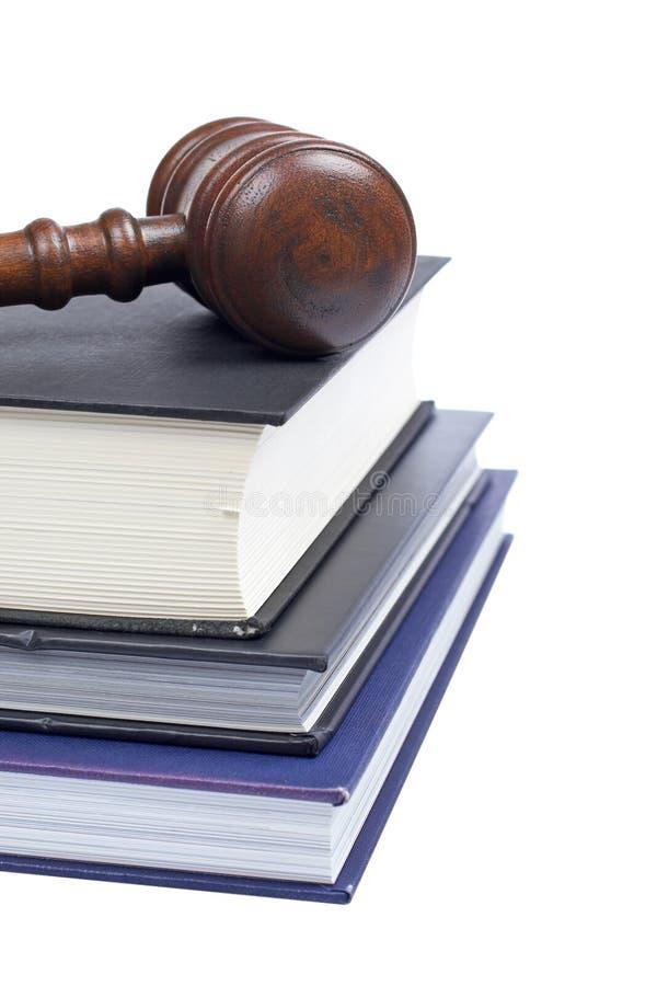 Gavel e livros de lei de madeira fotos de stock