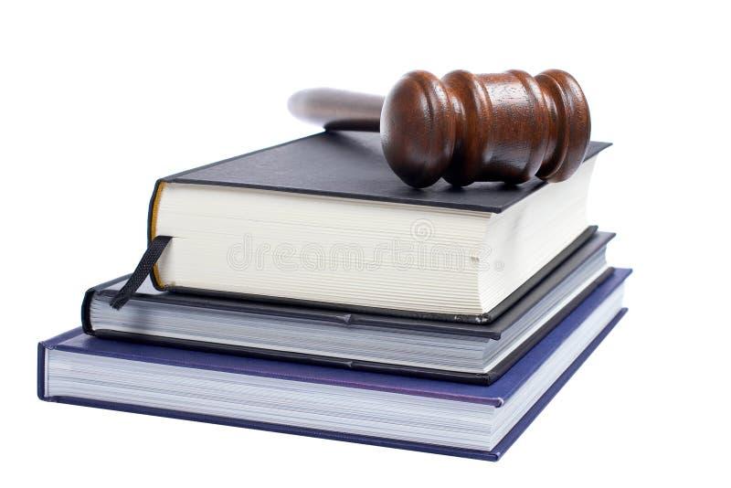 Gavel e livros de lei de madeira foto de stock