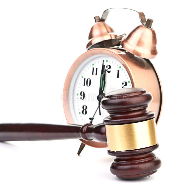 Gavel e vecchio orologio fotografia stock libera da diritti