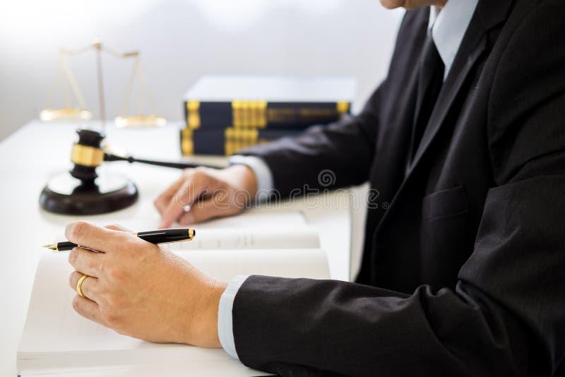 Gavel et bloc de bruit de loi et d'avocat de justice travaillant au fond en bois de bureau image libre de droits
