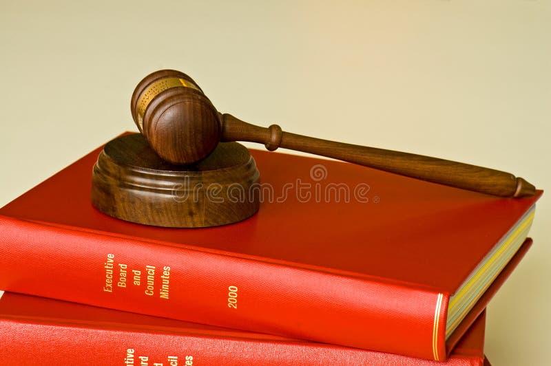Gavel et livres d'annuaire de compagnie images libres de droits