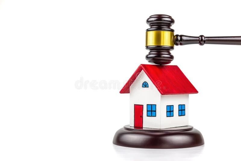 Gavel et petite maison images libres de droits