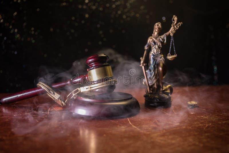 Κλίμακες νόμου, χρήματα μετρητών δολαρίων, gavel δικαστών, χειροπέδη Εκλεκτής ποιότητας παλαιά φωτογραφία σεπιών ύφους με την ομί στοκ φωτογραφία με δικαίωμα ελεύθερης χρήσης