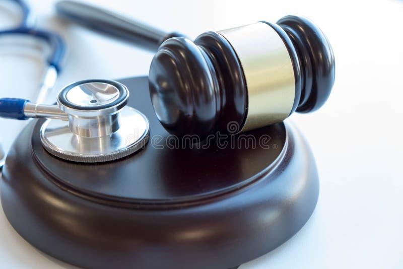 Gavel och stetoskop medicinsk rättsvetenskap laglig definition av den medicinska yrkesfeln _ gemensamma feldoktorer royaltyfri fotografi