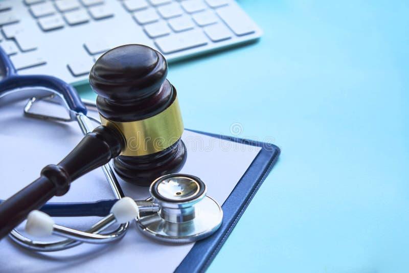 Gavel och stetoskop medicinsk rättsvetenskap laglig definition av den medicinska yrkesfeln _ gemensamma feldoktorer arkivbilder