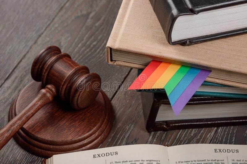 Gavel, segnalibro dell'arcobaleno e bibbia fotografie stock libere da diritti