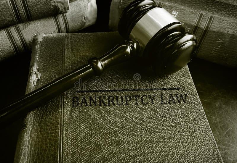 Gavel sur des livres de loi de faillite photos stock