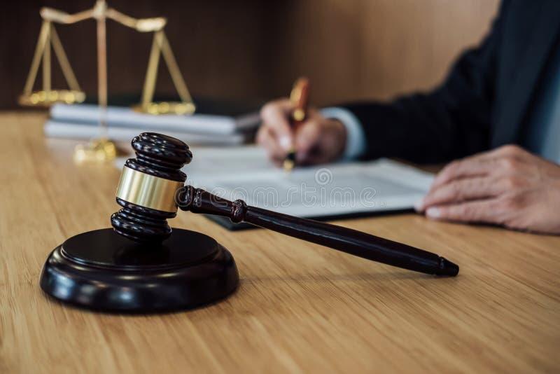 Gavel sur la table en bois et l'avocat ou le juge travaillant avec l'accord dans le th?me de salle d'audience, le concept de just photos libres de droits