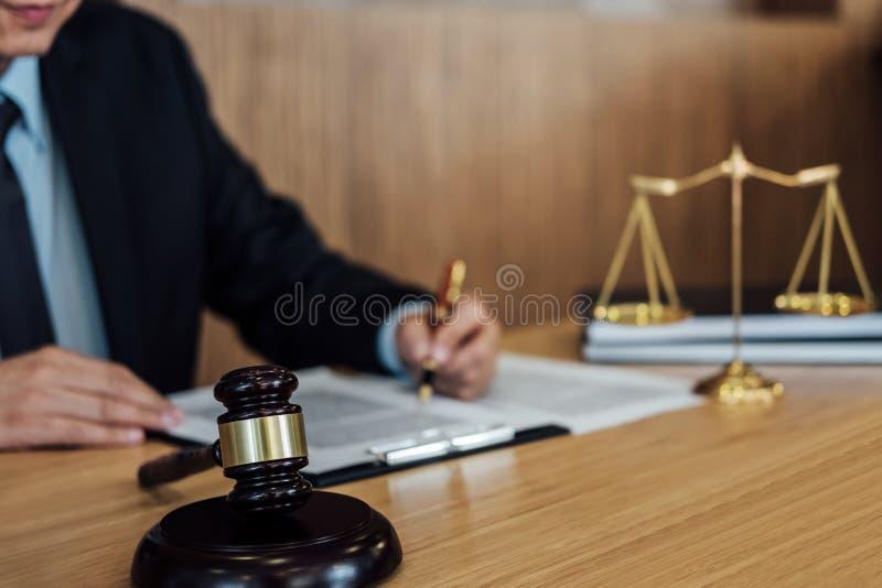Gavel sur la table en bois et l'avocat ou le juge travaillant avec l'accord dans le th?me de salle d'audience, le concept de just image stock