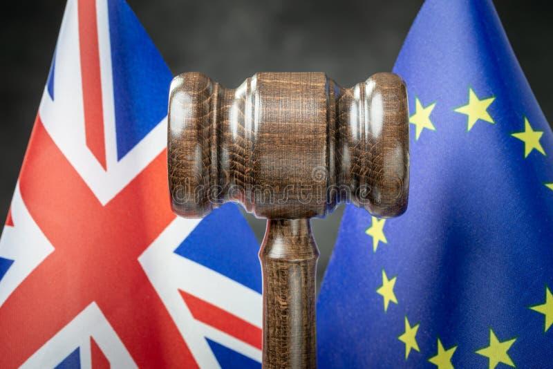 Gavel tegen EU- en Britse vlaggen stock foto's