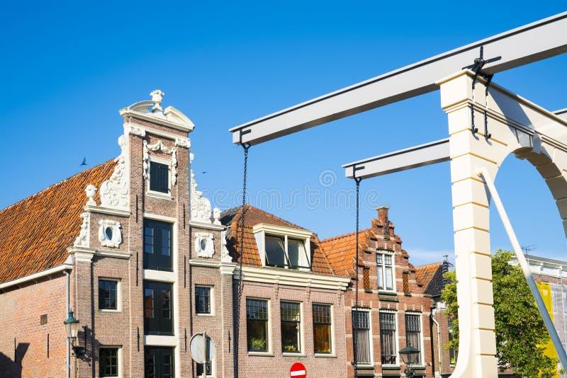Gavelhus i Alkmaar, med lyftande bron Och gjort denna liten stadkänselförnimmelse ett stor större mot blått gör ren begreppsenerg royaltyfri fotografi
