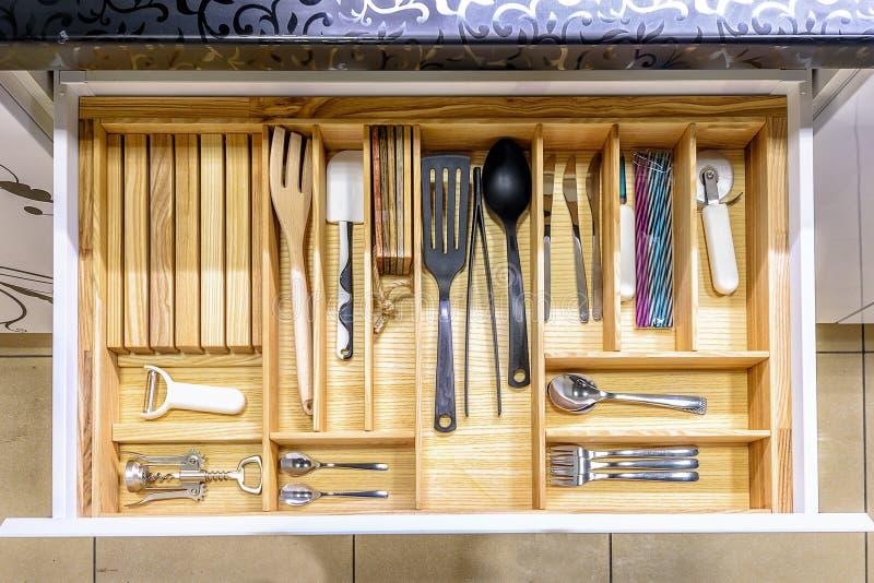 Gaveta aberta da cozinha, uma solução esperta para o armazenamento e a organização da cozinha imagem de stock royalty free