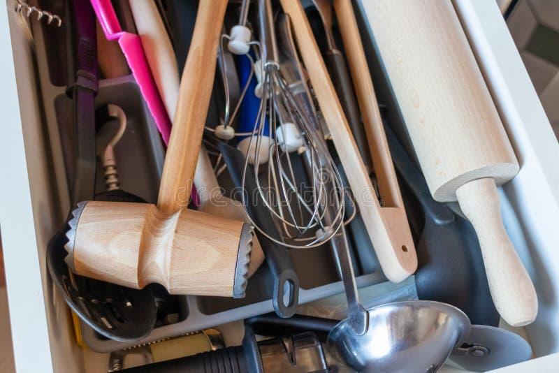 Gaveta da cozinha com vários utensílios fotografia de stock